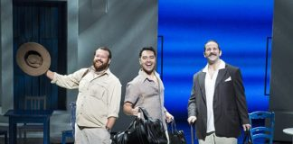 Marc Cornes (Bill), Shai Yammanee (Sam) et Andrew Tebo (Harry) dans la tournée de Mamma Mia : Farewell Tour © Kevin Thomas Garcia